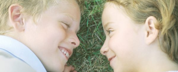 ©LAURENCE MOUTON/6PA/MAXPPP ; PREADOLESCENTS. Boy and girl with foreheads touching